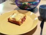 Pannarirullapala lautasella. Taustalla kulhossa salaattia.